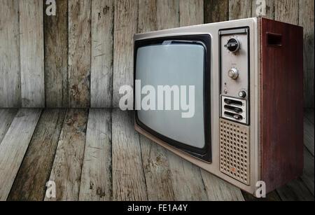 alten Fernseher im Raum aus Holz - Stockfoto
