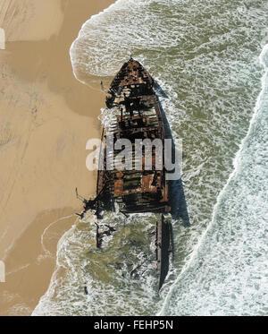 AERIEL Blick auf das Wrack der SS Maheno am Strand liegen - Stockfoto