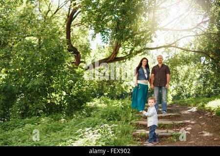 Glückliche Familie Spaß im Freien. Schwangere Frau, Mann und niedlichen kleinen Jungen. Natürliche Farben. Selektiven - Stockfoto