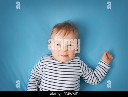 kleiner Junge auf blaue Decke Hintergrund - Stockfoto