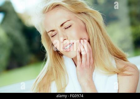 Mädchen mit Zahnschmerzen - Stockfoto