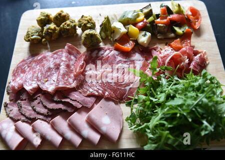 große Platte mit Deli Essen - Schinken, Chorizo, Falafel, Salat auf ein Hochzeitsmahl. - Stockfoto