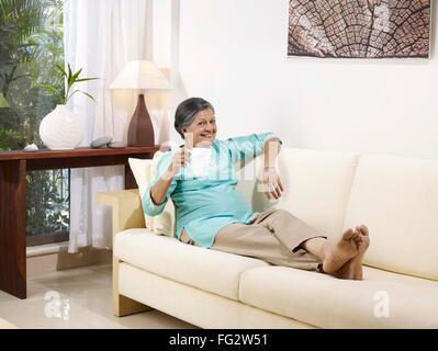 Blaue Kissen auf weißen Sofa im Wohnzimmer cottage Stockfoto, Bild ...