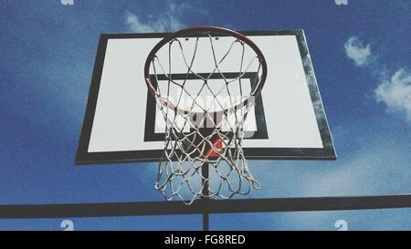 Niedrigen Winkel Ansicht der Basketballkorb gegen Himmel - Stockfoto