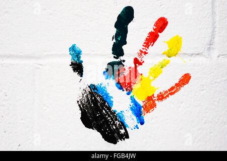 Multi-farbigen Handabdruck auf weißen Wand - Stockfoto