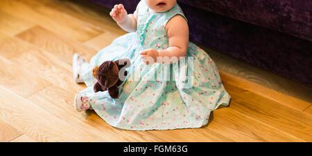 Süßeste Baby Mädchen spielen mit einem Spielzeug. - Stockfoto