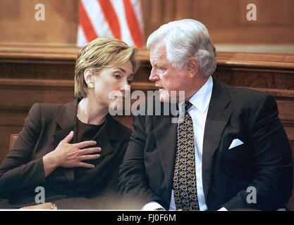 Washington, District Of Columbia, USA. 28. September, 1999. First Lady Hillary Rodham Clinton und US-Senator Edward - Stockfoto