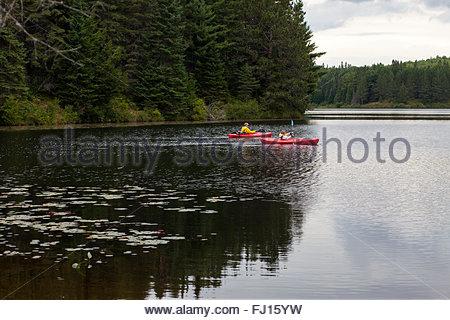 Mann, Kind beizubringen, auf Pog See, Algonquin Provincial Park, Ontario, Kanada © IndyFoto Kajak - Stockfoto