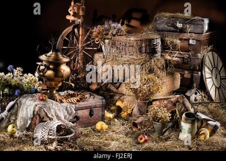 Stillleben-Rad Spinnen Wasser Kessel alte retro Vintage Koffer Trunk-Gruppe hautnah Studio Blumen Uhr Obst essen - Stockfoto
