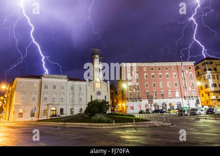 Gewitter mit Blitz über der Stadt split Kroatien - Stockfoto