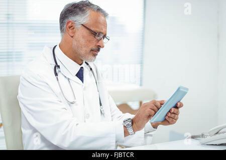 Arzt mit digital-Tablette - Stockfoto
