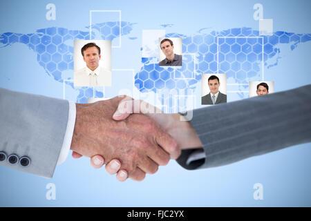 Zusammengesetztes Bild von Geschäftsleuten Händeschütteln auf weißem Hintergrund - Stockfoto