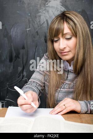 Porträt von glücklich süße Studentin im Klassenzimmer an der Tafel wieder in die Schule Spaß - Stockfoto