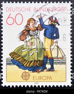 Deutschland - ca. 1981: eine Briefmarke gedruckt in Deutschland zeigt Nord deutsche Paare tanzen in Trachten, ca. - Stockfoto