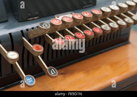 Nahaufnahme von Tasten auf einer Vintage Kasse - Stockfoto