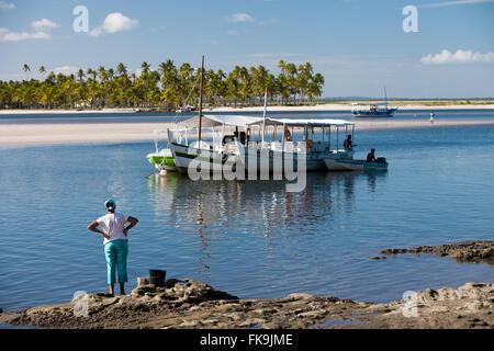 Boote vertäut am Meer und Kokosnuss Bäumen im Hintergrund in das Dorf Boipeba - Archipel Tinhare - Stockfoto