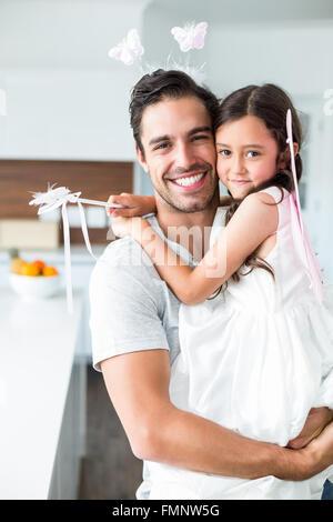 Porträt des Vaters mit Tochter in Fee Kostüm - Stockfoto