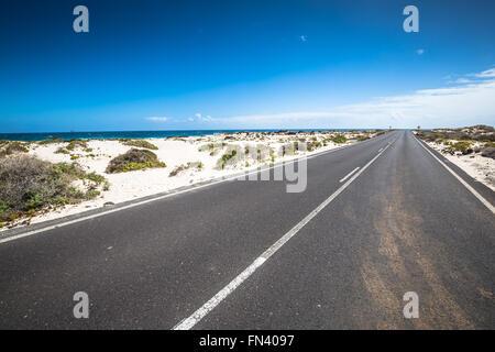 Straße in der Nähe von Orzola, Lanzarote, Kanarische Inseln, Spanien. - Stockfoto