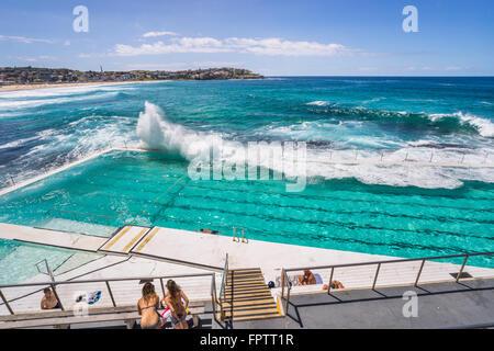 Wellen in den Pool für die östlichen Vororte von Bondi Icebergs Swimming Club, Bondi Beach, Sydney - Stockfoto