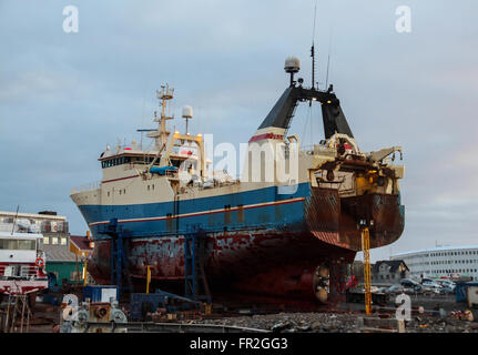 Boot in für Service im Hafen von Reykjavik - Stockfoto