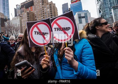 New York, NY - 19. März 2016 - ein Paare tausend Demonstranten versammelten sich vor Trump International Hotel and - Stockfoto