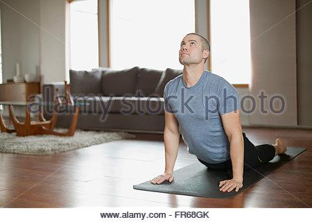 Mann tut Yoga-Übungen zu Hause - Stockfoto