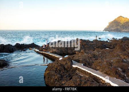 GARACHICO, Teneriffa Insel, Spanien - 16. Dezember 2015: vulkanische Naturpools mit Touristen in Garachico Stadt - Stockfoto