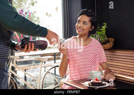 cafeteria frau bezahlen per kreditkarte kasse essen auf. Black Bedroom Furniture Sets. Home Design Ideas