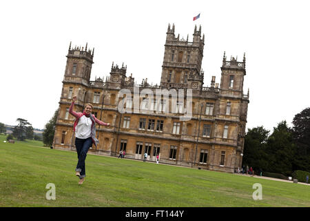 Frau auf Highclere Castle, TVs Downton Abbey, Newbury, West Berkshire, England, Vereinigtes Königreich - Stockfoto