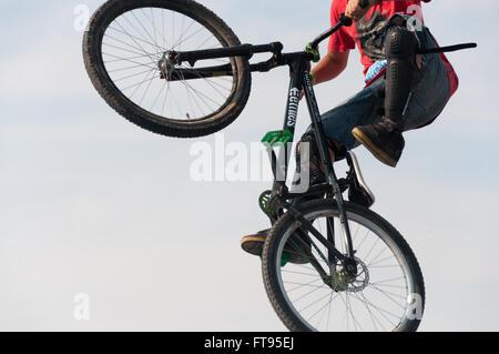 Biker in der Luft darstellende Schmutz an hellen, sonnigen Tag springen - Stockfoto