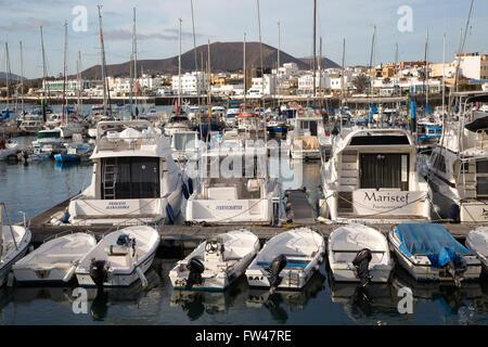 Boote im Hafen von Corralejo, Fuerteventura, Kanarische Inseln, Spanien - Stockfoto