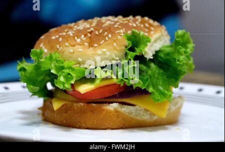 Nahaufnahme von frischen Burger im Teller serviert - Stockfoto