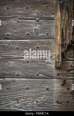 Graue Holzbohlen mit rostige Nägel, Foto Hintergrundtextur. - Stockfoto