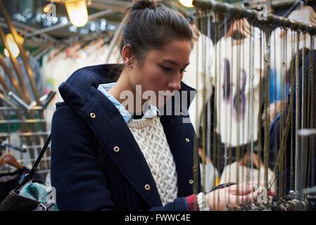 Junge Frau einkaufen In der Markthalle - Stockfoto