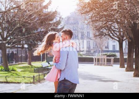 glückliches junges Paar Spaß zusammen - Stockfoto