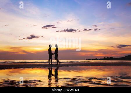 Silhouette der liebevollen paar am Strand bei Sonnenuntergang, Liebe Konzept, Mann und Frau, schönen Hintergrund - Stockfoto