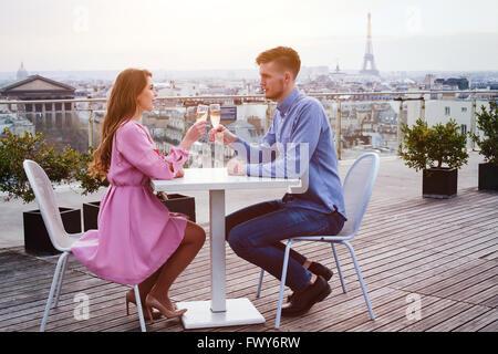 paar, trinken Champagner im Dachrestaurant Luxus in Paris mit Blick auf Eiffelturm - Stockfoto