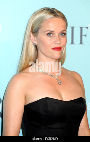 New York City. 15. April 2016. Reese Witherspoon besucht Tiffany & Co. feiert das 2016 Blue Book in The Cunard Building - Stockfoto