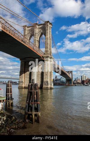 Blick von Manhattan in der Nähe von unter Brooklyn Bridge, USA in New York gesehen. - Stockfoto