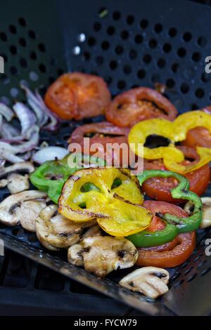 Gegrilltes Gemüse auf einer Grillpfanne - Stockfoto