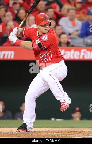 Anaheim, Kalifornien, USA. 25. April 2016. Los Angeles Angels Center Fielder Mike Forelle #27 Fledermäuse für die - Stockfoto