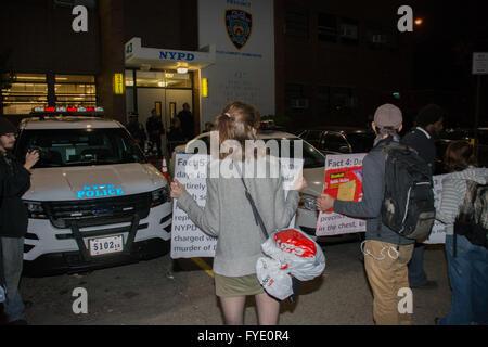 New York, USA. 25. April 2016. Aktivisten verurteilt Polizeigewalt wie sie Gerechtigkeit verlangte, während Polizisten - Stockfoto
