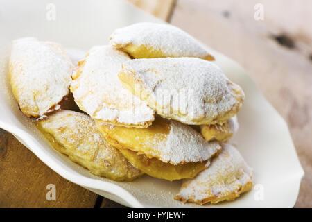 Köstliche Plätzchen auf Teller mit weißem Papier - Stockfoto