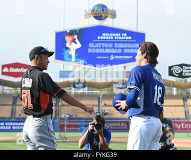 Los Angeles, Kalifornien, USA. 25. April 2016. Ichiro Suzuki (Marlins), Kenta Maeda (Schwindler) MLB: Ichiro Suzuki - Stockfoto