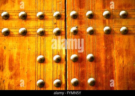 Metall Farbe in die rote Holztür und rostigen gelb - Stockfoto