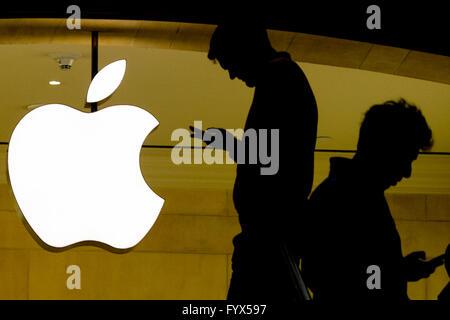 New York, USA. 28. April 2016. Andere Personen besuchen ihren Handys außerhalb der Apple Store an der Grand Central - Stockfoto