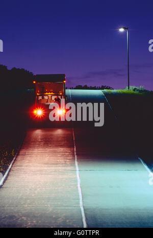 LKW Straße nachts unterwegs - Stockfoto