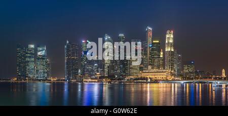 Die Wolkenkratzer von Singapur Financial District am Raffles Place mit Blick auf die Marina Bay am Abend - Stockfoto