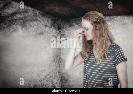 Zusammengesetztes Bild blonde Frau mit Kopfschmerzen, die Nase kneifen - Stockfoto
