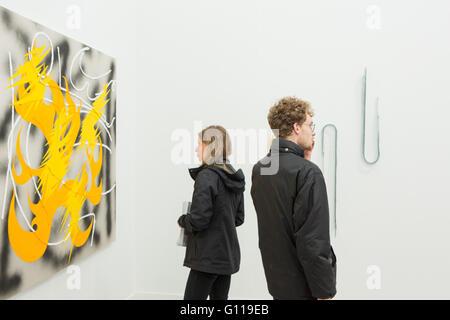 New York, New York, USA. 6. Mai 2016. Fries New Yorker Kunstmesse. Besucher in der Lisa-Cooley-Galerie ausstellen. - Stockfoto